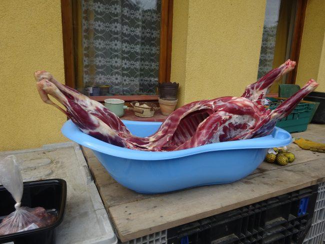 Jehněčí maso na stole