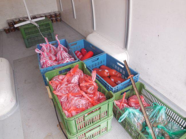 Masné výrobky v přepravkách