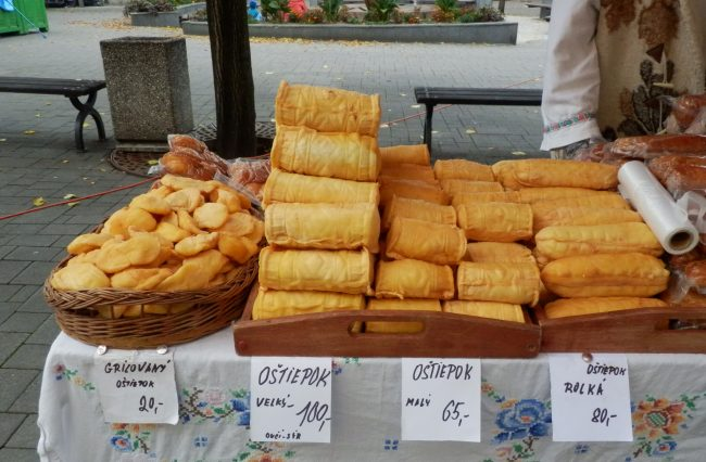 Nebalené sýry volně ložené na stole