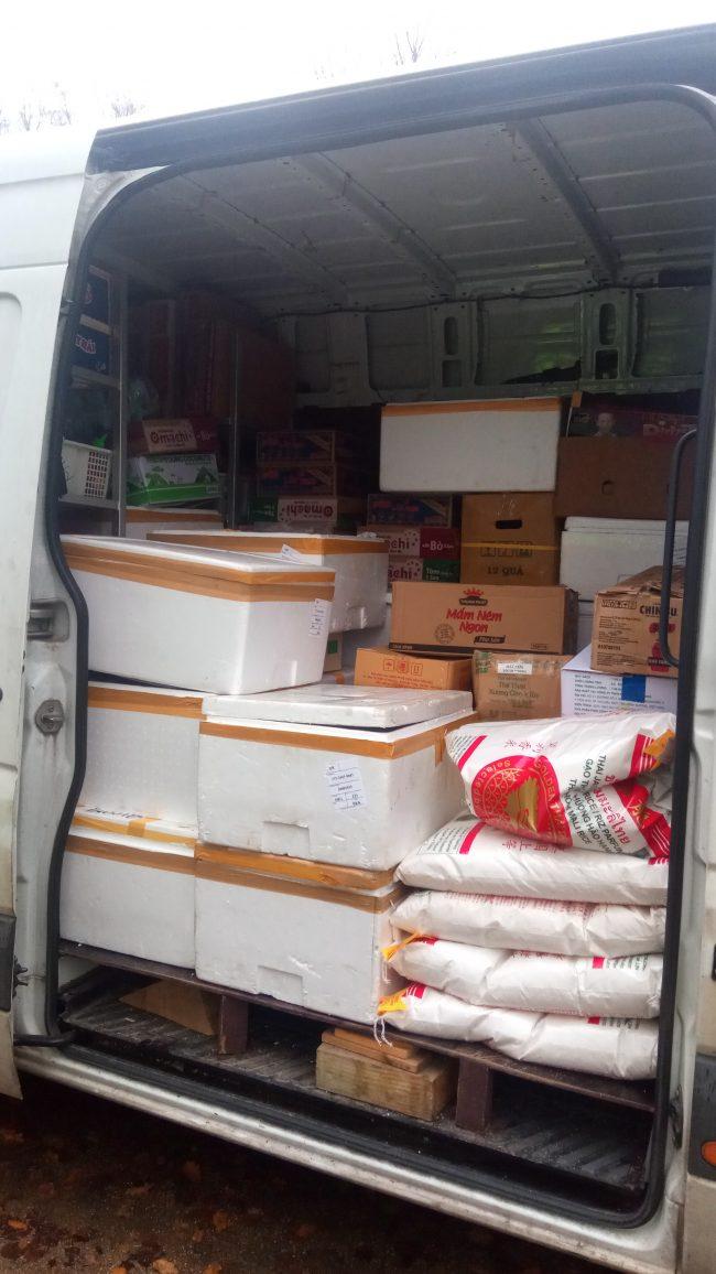 Ložný prostor dodávkového vozidla plný balených živočišných produktů
