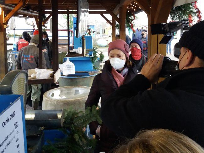 Veterinární ispektorka při kontrole prodeje kaprů